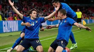 Сборная Италии забивает гол в ворота Испании 1-0